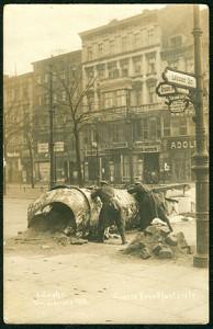 Alfred_Grohs_zur_Revolution_1918_1919_in_Berlin_Große_Frankfurter_Straße_Ecke_Lebuser_Straße_Barrikade_Kampf_während_der_Novemberrevolution_in_Berlin_02_Bildseite_Schaulustige (1)